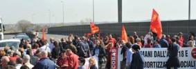 LAVORO: PROTESTA OPERAI PIAGGIO, BLOCCATA SUPERSTRADA
