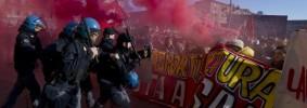 Torino, sfilano studenti contro Roberto Cota