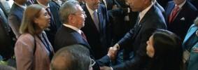 Stretta di mano Obama-Castro, l'immagine della svolta