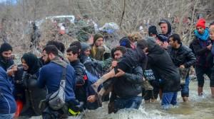 Migliaia di persone stanno dirigendosi verso la Macedonia attraversando il fiume