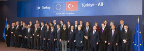 Family picture of the Heads of State and Government of the European Union and the Turkish Prime Minister, Ahmet Davutoglu, during the extraordinary EU Summit with Turkey in Brussels, Belgium, 29 November 2015. EFE/Horst Wagner