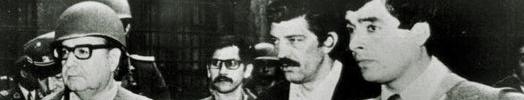 11_09_1973 santiango de chile. el presidente electo salvador allende rodeado por miembros de su custodia intentan defender la casa de la moneda durante el golpe militar de 1973. foto archivo clarin